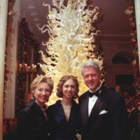 The Clintons Pose in front of a Dale Chihuly sculpture